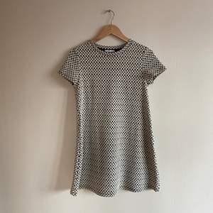 En härlig sommar- eller finklänning i sretchigt material!