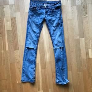 Mest använda paret och men jävligt snygga så säljer istället för att slänga! Tajt med utsvängande nederdel och hål i knäna.