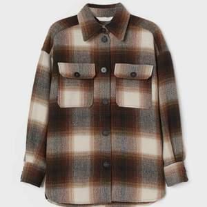 Rutiga jackan från H&M, har tyckt om och använt mycket därav är den lite sliten men inget som syns. Köpte nu i vintras för 300 kr🤍🤍🤍