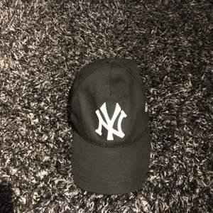 Helt ny svart New Yorker keps jättefin🌸 Köparen står för frakten🌸
