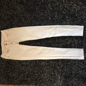 Jättesnygga och sköna vita byxor ifrån Denim allt man önskar sig, storlek S🌸 Köparen står för frakten