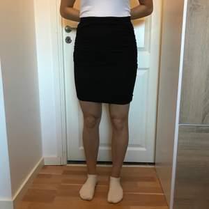 Jättesnygg svart kjol gjord av bomull så den är mycket bekväm och sexig ifrån Ginatricot, storlek XS🌸 Köparen står för frakten🌸