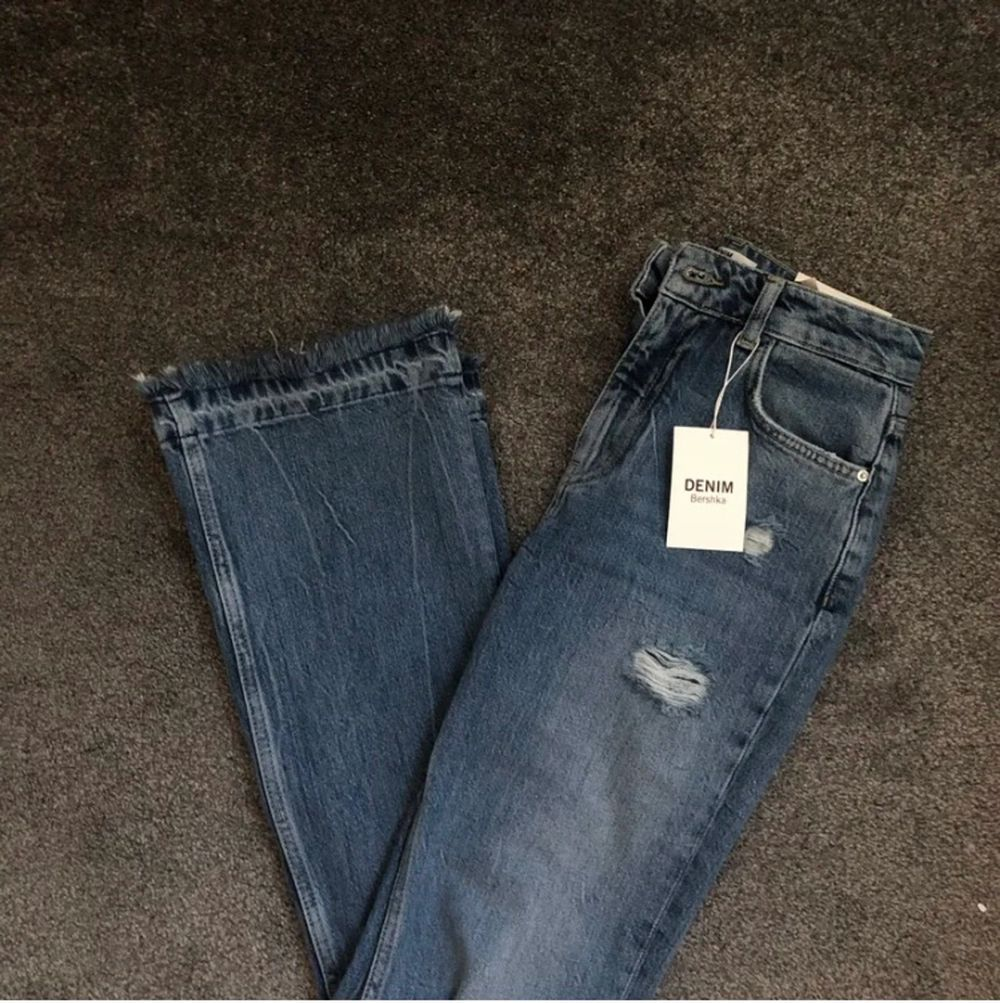 Skit fina jeans från bershka som tyvärr inte kommer till användning. nypris: 400. Jeans & Byxor.