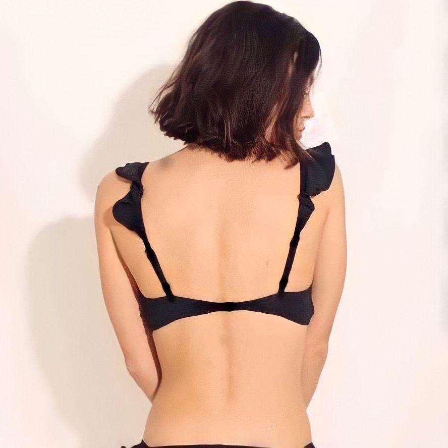 Bikini med volanger på både framsidan och längst med bikinibanden. Nederdelen har resor som formar rumpan fint och rosetter. Skriv för fler bilder! Kan mötas upp i Jönköping annars tillkommer fraktkostnad 🖤. Accessoarer.