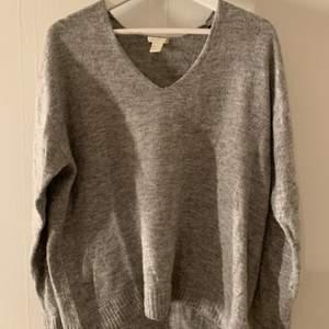 Stickad tröja från H&M i lite oversized modell storlek S/M 🖤 knappt använd, frakt tillkommer