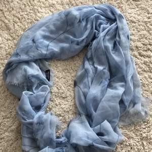 Ljusblå scarf från Zara. Du står för frakt ca 32kr❤️