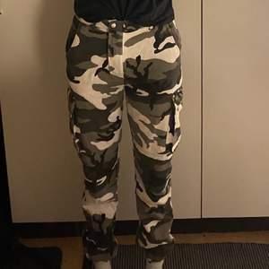 Jättefina camoflauge byxor från Nelly, storlek 36. Modellen är 190 cm. Säljer p.g.a för småa. Lägg ett bud i kommentarerna vid intresse!
