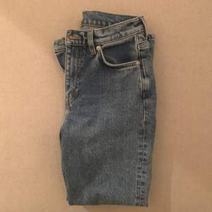 Säljer fina blåa Arket Jeans, jättebra material och knappt använda. Storleken är 25, motsvarar en 34/XS-S. Nypris 700kr säljer för 290kr inklusive frakt💘