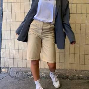 """Säljer ett par NICKI STUDIOS """"Nude Shell Shorts"""" i storlek S. Shortsen har två fickor med knappar bak. 70% polyester 30% viskos. Oanvända med prislapp kvar. Kan mötas upp i Uppsala eller frakta mot kostnad 🧊🤩💞"""