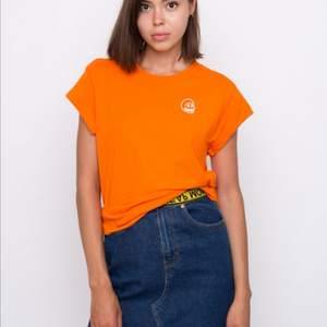 Orange cheap monday t-shirt från deras sista kollektion. Storlek S