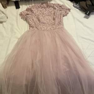 Använd en gång på ett bröllop. Superfin klänning med sets och tyllkjol. Köpte den för 1000kr