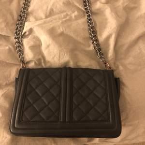 Säljer min svarta väska som inte kommer till användning💕frakt tillkommer