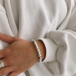 Fina och modern smycken från mitt uf företag @madeforanangel_uf. Vi stöttar organisation ellas hjältar och skänker pengar i slutändan av Uf året🥰