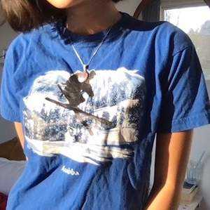 En supergullig kornblå barn t-shirt med tryck på.  Lite oklar storlek (står: xxl/12/14) ca 134-140 i barn dvs, skickar gärna mått och sånt så säg till isåfall!