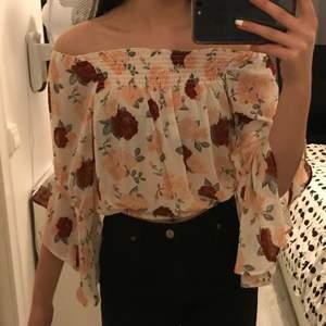 Jättefina somriga blusar från H&M. Har aldrig använt pga de är för stora för mig. Tunt och skönt material, mycket bra skick. Båda för 100 kr, en för 50.