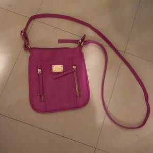 Säljer denna väska för använder den inte:/ Osäker över frakt påsen men vi diskuterar:)