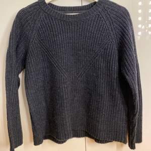 Mysig stickad tröja ifrån Vero Moda. Marinblå och storlek S. Sparsamt använd och säljs för 100kr + frakt