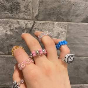 Jag säljer ringar i olika färger och former. Välj färg och pärla själv. Sista bilden är bra pärlor för ringar med bara en pärla. Ringarna passar de flesta storlekarna                                 Frakt 10kr