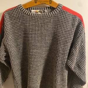 Prada eller stone island liknade sweatshirt köpt i Paris. Sitter som en mens medium eller womens large. Unisex. Knappt använd och utan flaws.