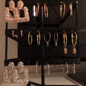 Sälja alla dessa oanvända örhängen tillsammans. De är helt oanvända och de flesta köptes tillsammans i samma set. Du får superfina blandade örhängen i både silver, roséguld och guld för billigt pris.