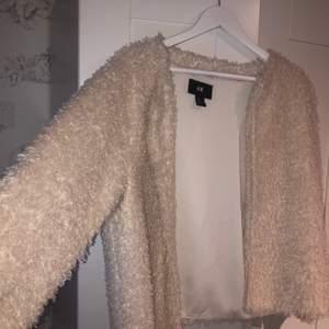 säljer den här sköna får/ päls jackan från H&M! den är väldigt fin och mysig🙂 Säljer eftersom den ej kommer till användning💖