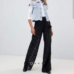Svarta byxor i mesh tyg med stjärnor på. Skjorts under så inte genomskynliga. Använda en gång så i nyskick. Köpte på asos.