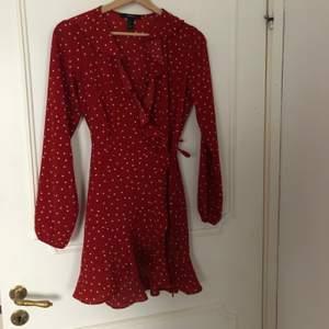 Omlottklänning från forever 21 i storlek M, upplevs liten i storleken enligt mig. Köpare står för frakt