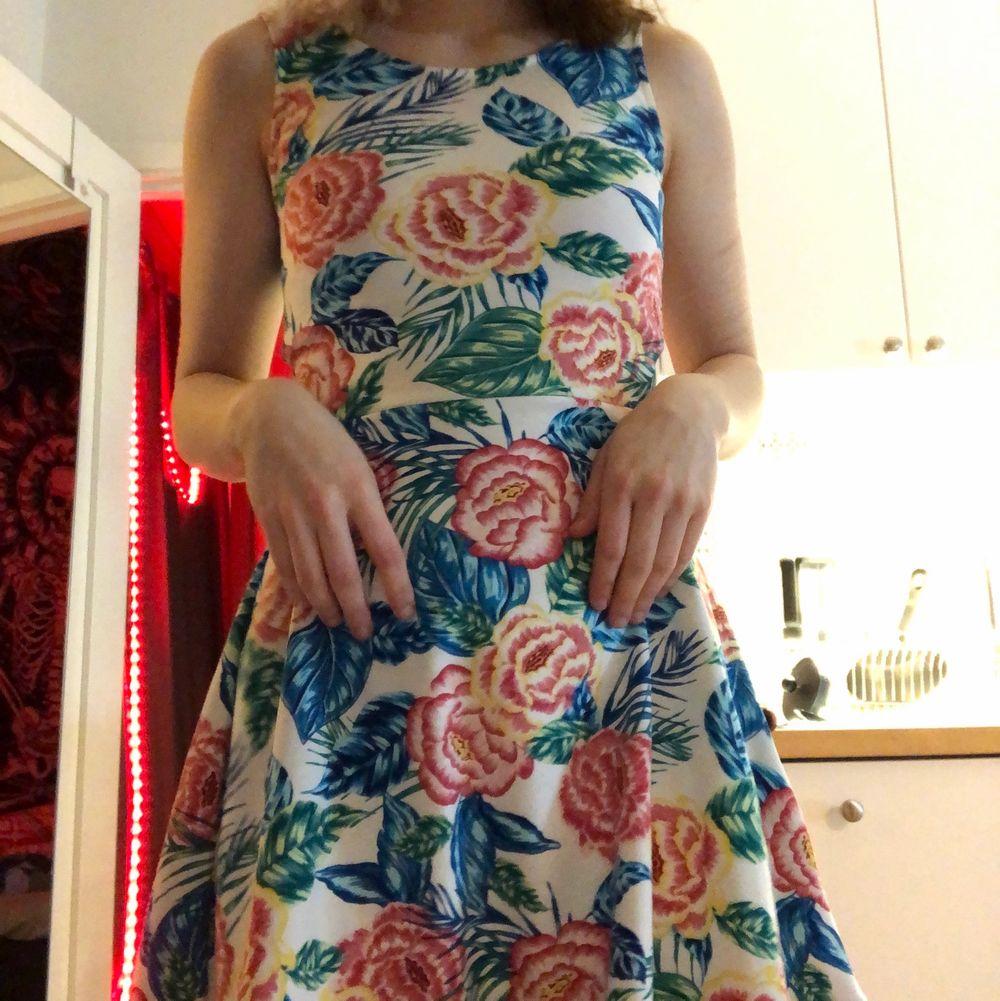 En klänning med blommönster ifrån hm. Storlek 34, fint skick trots att den använts en del🥰 säljs då den tyvärr blivit för liten för mig, så hoppas på att den passar någon annan💎. Klänningar.