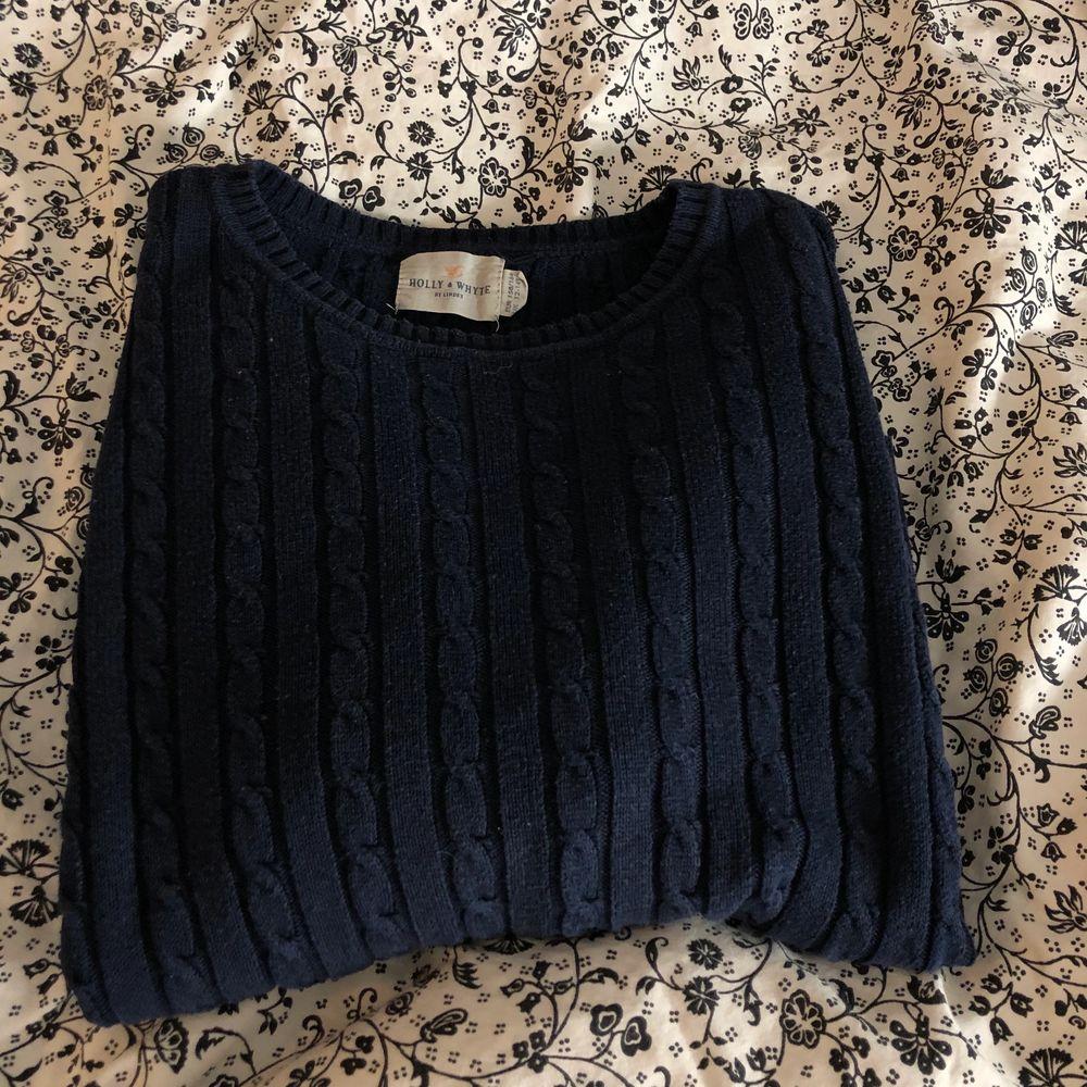 En marinblå stickad tröja i storlek S. Fint skick även fast den är väll använd! Säljs då den inte kommer till användning🥰 pris kan diskuteras💎. Stickat.