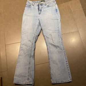 Riktigt fina vintage jeans. Dom är 29 i jean size och 31.5 i waist. Använda fåtal gånger. Har fitpics om det önskas!