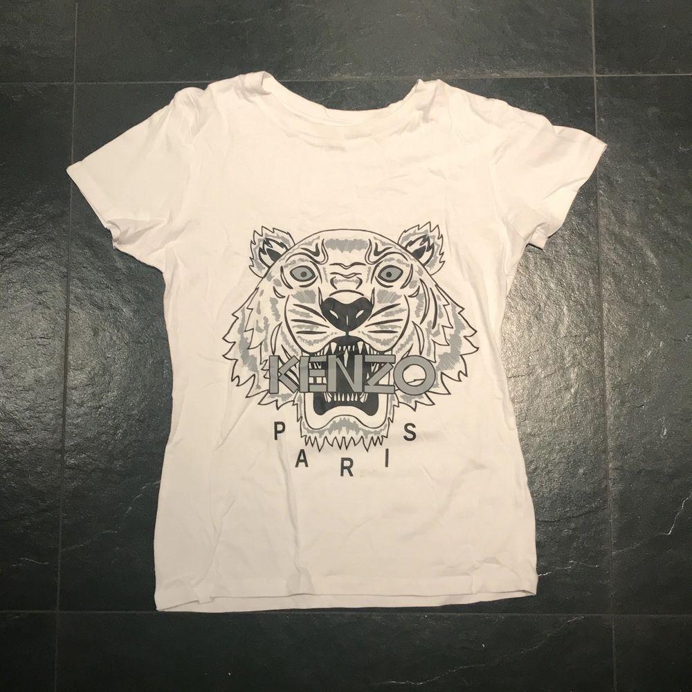 Fake kenzo t-shirt, nästintill oanvänd. Storlek:M men passar en S också. Pris kan alltid diskuteras men 70kr + frakt(50kr). T-shirts.
