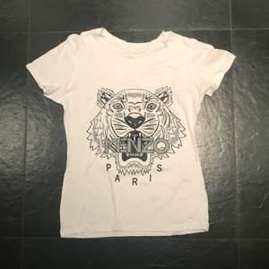 Fake kenzo t-shirt, nästintill oanvänd. Storlek:M men passar en S också. Pris kan alltid diskuteras men 70kr + frakt(50kr)