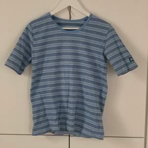 """Jättefin tröja som jag aldrig fått användning för! Köptes secondhand :)) materialet är lite tjockare än en """"vanlig"""" t-shirt!! 50kr exklusive frakt💙💙"""