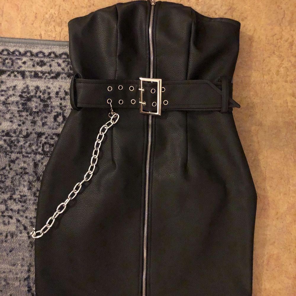 Säljer en klänning i fejkskinn från missguided. Använd en gång. . Klänningar.