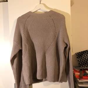 Stickad tröja från Ullared i en fin lila-beige färg. Storlek xl men sitter fina som en vanlig oversizeb tröja.