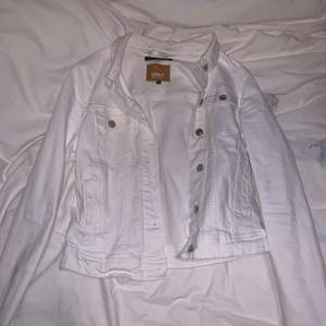 Vit jeansjacka från only i storlek 36. Köptes förra våren och endast använt den under ett tillfälle. Köptes för 500 säljer den nu för 150, köparen står för frakten.