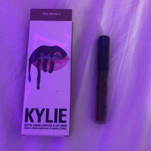 Oandvänd Kylie Jenner lipstick! Den är i färgen TRUE BROWN K. Den passar på många och den är väldigt go i färgen🥰