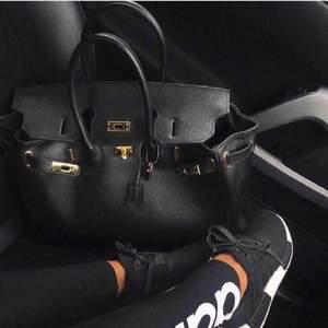 Super snygg väska från fashion drug . Äkta läder. Superr fint skick. Hermes liknande