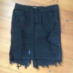 Snygg svart jeanskjol i stretchigt slitet material. Inköpt i Australien på Supré för några år sedan, verkligen superfin och framhäver kurvor. Storleken är liten så skulle mer säga att det är small. Pris med frakt 150kr