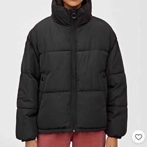 Jacka med hög krage från pull and bear, säljer pga jag köpte fel storlek så helt oanvänd.