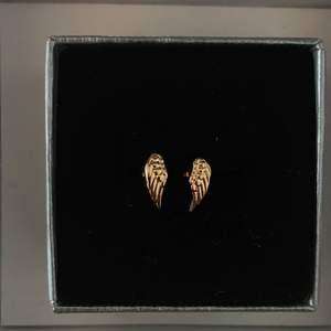 Söta örhängen som föreställer vingar, endast testade! 👼🏼 Vid intresse av de andra örhängena på bilden, kolla min profil!