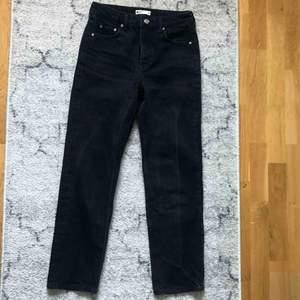 Fina jeans från Gina tricot i en lite vidare modell! Lite svart urtvättad färg (de ska va så), frakt tillkommer på 63kr!💖💞