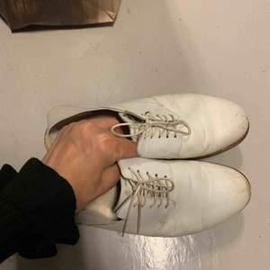 Vita skinn loafers från Cos. Strl 38. Sälja nu för 70kr