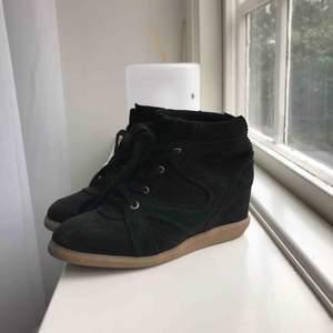 Skor från pavement köpta för ca 1500, skorna är i bra skick, knappt använda!  Köparen står för eventuell frakt!