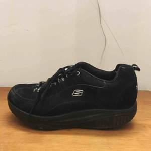 Svarta retro skor stl 37-37.5 i bra skick. Skriv om du har några frågor!