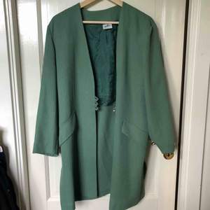 Grön kappa från secondhand. Passar M/L. Frakt 59kr