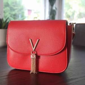 Den perfekta röda väskan, lagom stor för den som inte vill ta med sig halva sitt hem on the go (som jag själv gör). Både kedja och kort axelband medföljer samt dust bag. Väldigt fint skick och frakt ingår i priset.