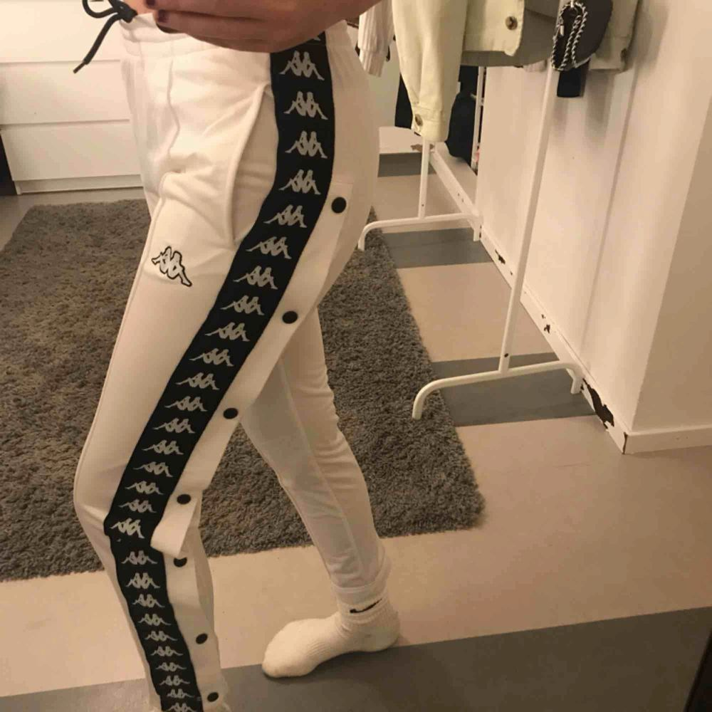 Snygga kappa-byxor. De är i bra skick och knapparna går att knäppa upp. Säljer pga de passar inte mig. Nypris: 699 (knappt använda). Jeans & Byxor.