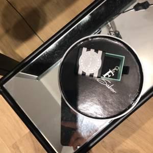 """Thomas sabo berlock: bokstav """"F"""". Säljer pga av att jag fick den av mitt ex och de är inte min bokstav. 100% äkta 925 sterling silver, men har inget kvitto därav priset!😊 ny pris: 299kr"""