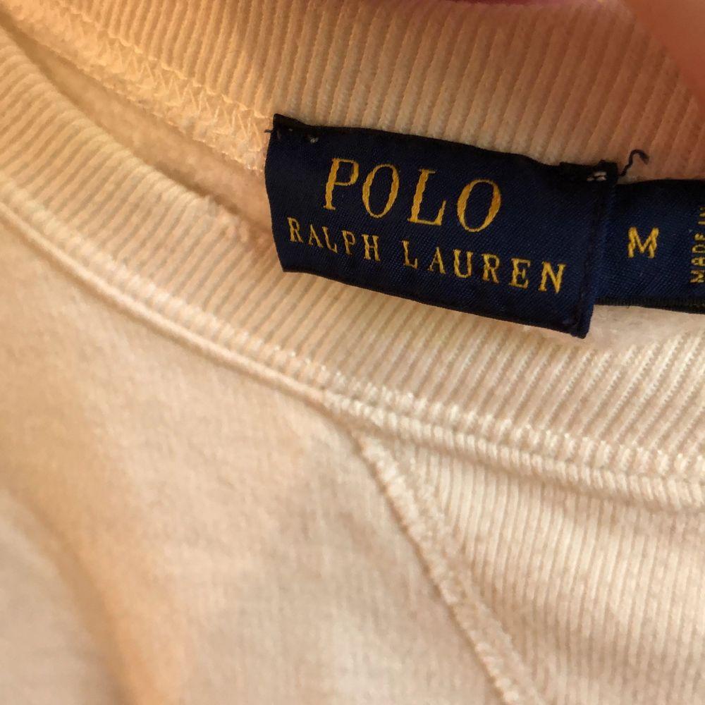 Säljer en cropped sweatshirt från Ralph Lauren eftersom jag inte använder den. Endast använd ett fåtal gånger. Storleken är M men är såpass liten i storleken att den absolut passar XS och S. Köparen står för frakten. Nypris 600kr. Tröjor & Koftor.